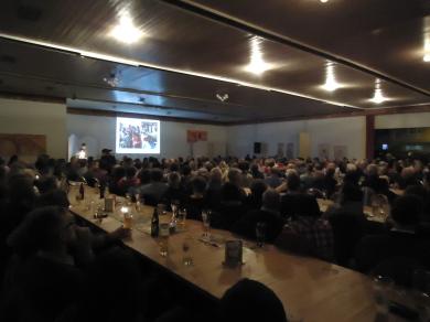 Über 400 Personen füllen den Saal weit über die letzten Plätze